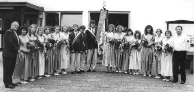 Gruppenbild mit Fahne anläßlich der Fahnenweihe